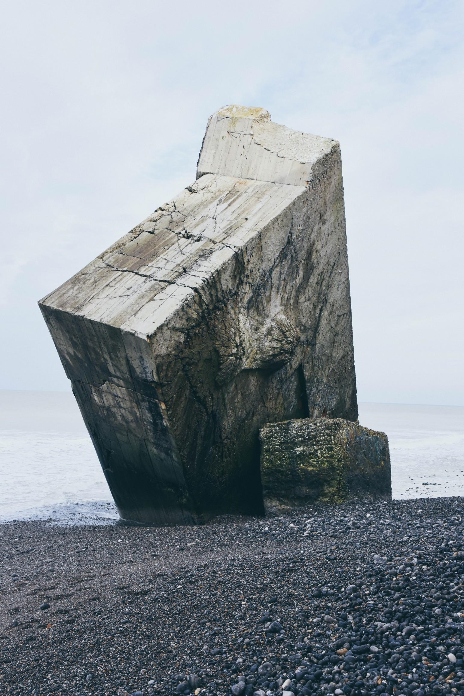Ein großer, stabiler Fels an einem Strand